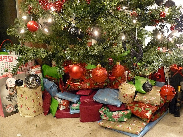 How Much Do People Spend On Christmas Gifts Part - 26: A Recent Report On A BBC Broadcast Stated UK Christmas Holiday Shoppers  Spent Nearly £600,000 During The 2012 Christmas Season. A Follow Up Report  In 2013 ...